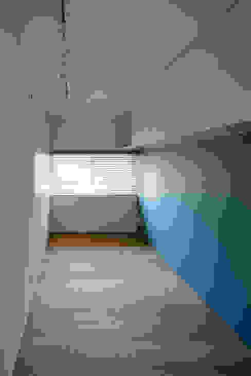 収納と素材感を充実させた子供部屋 モダンデザインの 子供部屋 の 根來宏典建築研究所 モダン 木 木目調