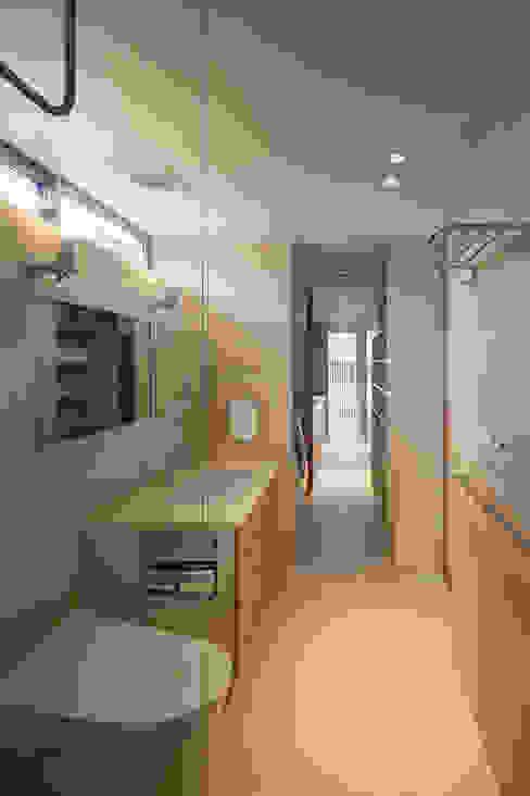 浴室からサービスバルコニーまで 築紡 根來宏典 モダンスタイルの お風呂 タイル 白色