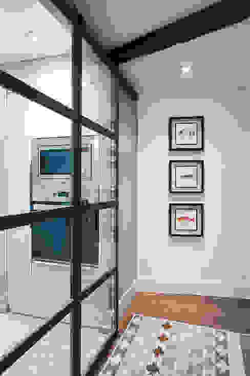 Pasillo y puertas correderas de hierro y acceso a la cocina Pasillos, vestíbulos y escaleras modernos de Estibaliz Martín Interiorismo Moderno