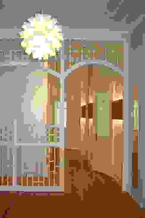 Коридор, прихожая и лестница в классическом стиле от grund-form ltd. Классический