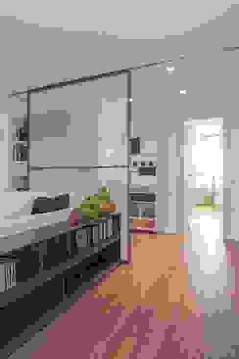 Corredores, halls e escadas minimalistas por Studio Associato Casiraghi Minimalista