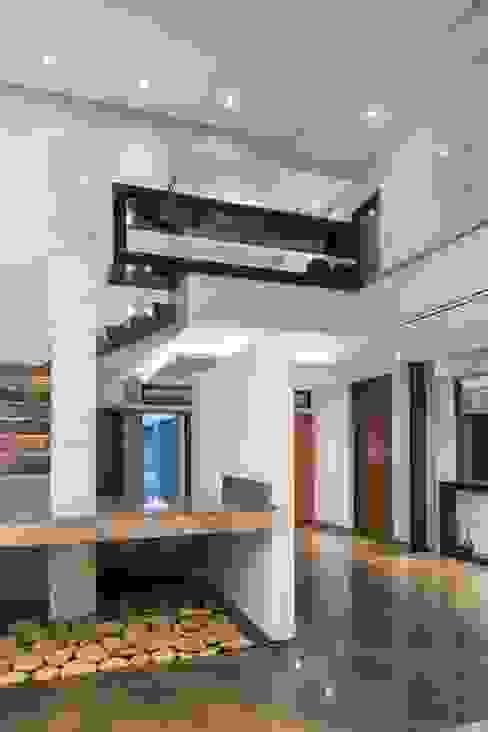 700 Paredes y pisos de estilo minimalista de URBN Minimalista