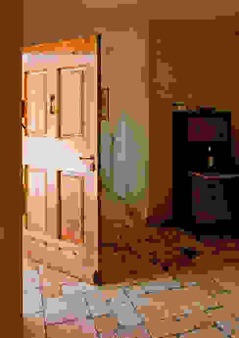 Pasillos, vestíbulos y escaleras de estilo rústico de Pierre Bernard Création Rústico