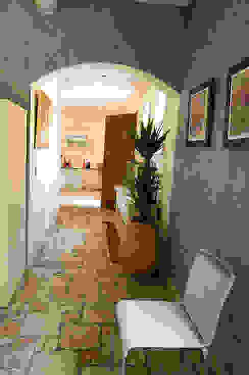 Pasillos, vestíbulos y escaleras de estilo mediterráneo de Pierre Bernard Création Mediterráneo