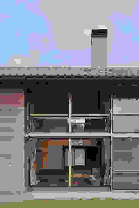 Окна и двери в рустикальном стиле от 丸山晴之建築事務所 Рустикальный