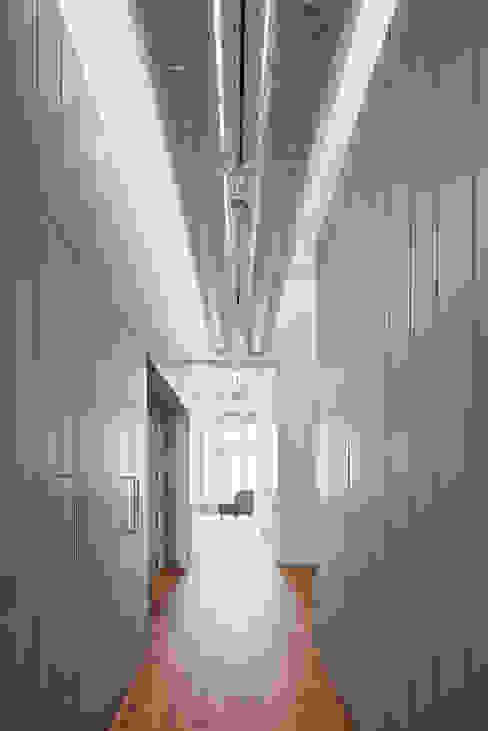 ทางเดินสไตล์สแกนดิเนเวียห้องโถงและบันได โดย BONBA studio สแกนดิเนเวียน