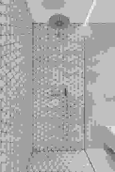 現代浴室設計點子、靈感&圖片 根據 LUV-Architecture & Design 現代風