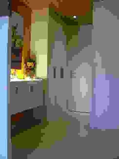 Pasillos, vestíbulos y escaleras de estilo clásico de Pierre Bernard Création Clásico