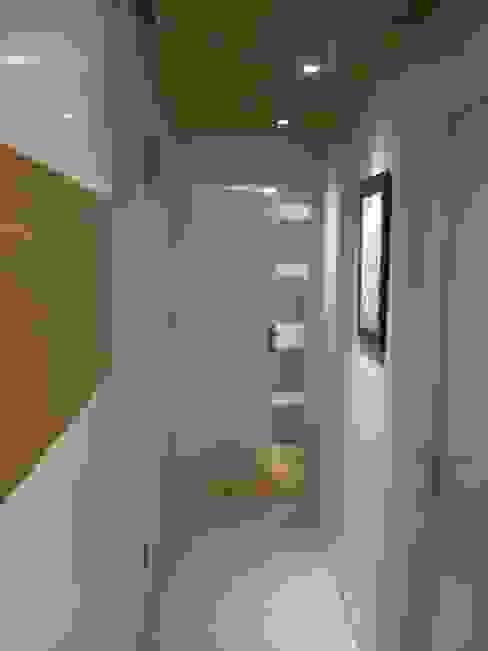 Pasillos, vestíbulos y escaleras de estilo ecléctico de Pierre Bernard Création Ecléctico
