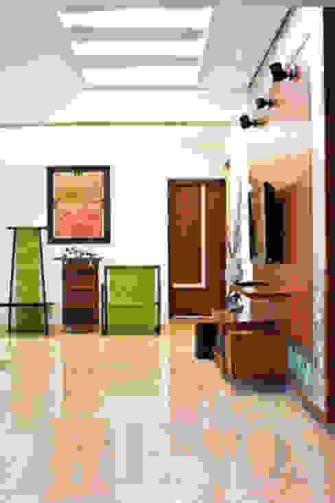 Modern corridor, hallway & stairs by homify Modern Marble