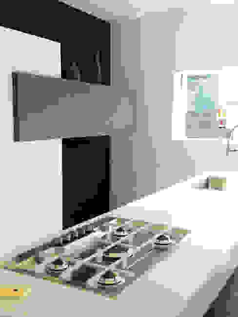 MONO C+P | kitchen Cucina moderna di Studio GIOLA | Casorezzo MI Moderno Legno composito Trasparente