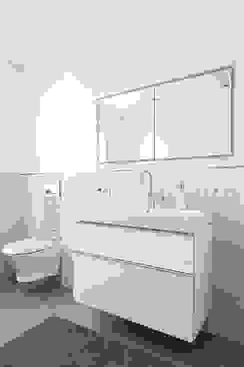 Klasyczna łazienka od ALBRECHT JUNG GMBH & CO. KG Klasyczny
