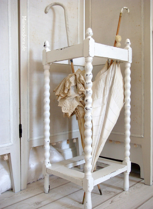 homify Corridor, hallway & stairsClothes hooks & stands Wood White