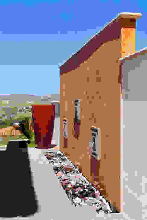 Varandas, alpendres e terraços coloniais por Excelencia en Diseño Colonial Tijolo