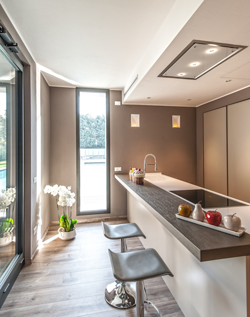 Progettazione e realizzazione villa moderna Cucina moderna di Arch. Paolo Bussi Moderno