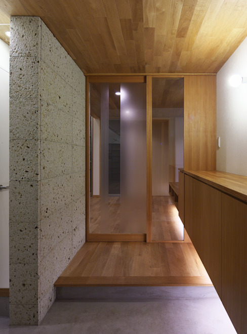 Eclectic style corridor, hallway & stairs by かんばら設計室 Eclectic Stone