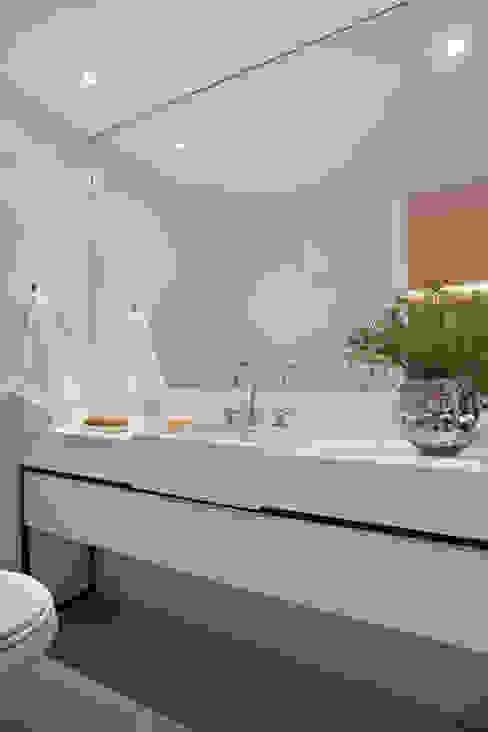 Bathroom by Gisele Taranto Arquitetura,