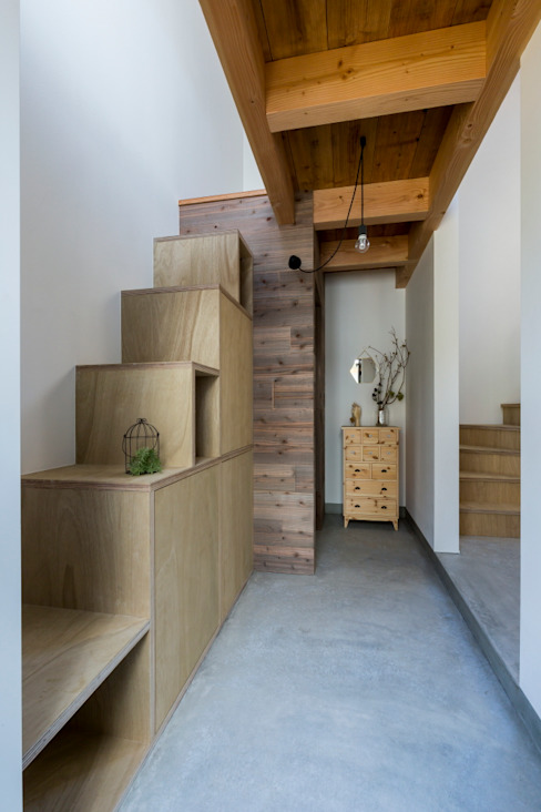 ALTS DESIGN OFFICE Rustic style corridor, hallway & stairs Wood Wood effect