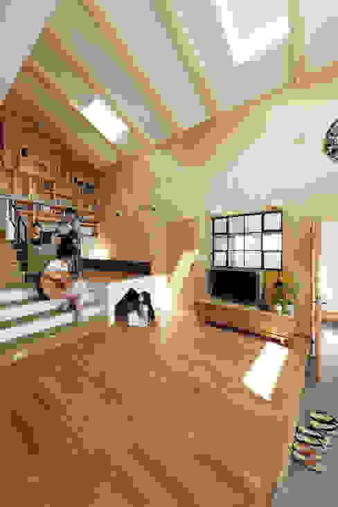 大きな吹抜けと造作本棚の家。薪ストーブに家族が集います。 株式会社アートハウス オリジナルデザインの リビング
