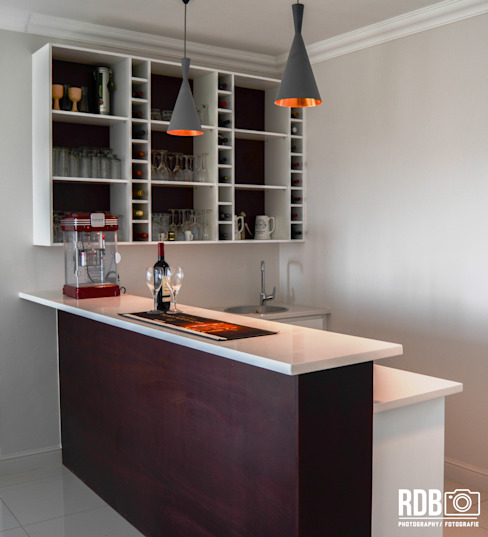 Ruang Penyimpanan Wine oleh Ergo Designer Kitchens and Cabinetry, Modern Kayu Wood effect