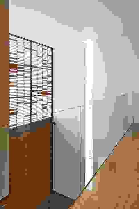 Casa X: Pasillos y recibidores de estilo  por Agraz Arquitectos S.C., Moderno