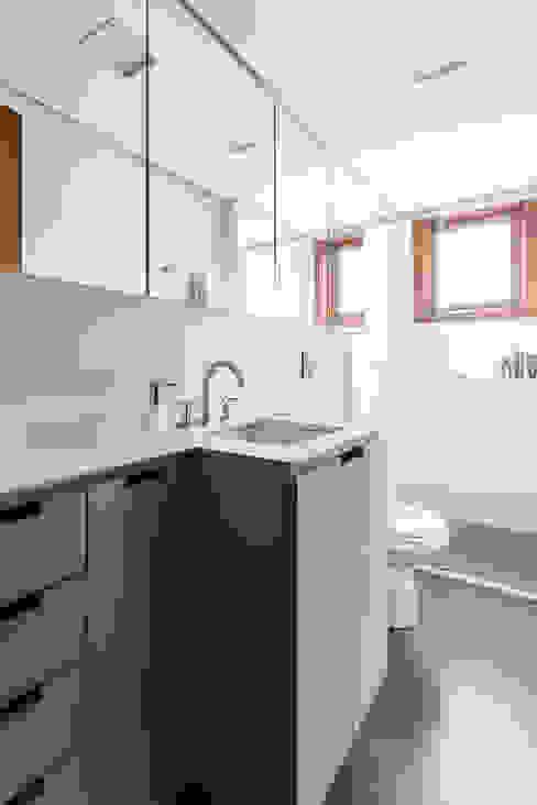 Baños de estilo minimalista de Ateliê 7 arquitetura e design integrados Minimalista