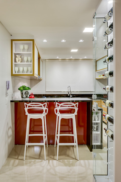 Kitchen by Juliana Lahóz Arquitetura,