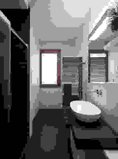 F House Bagno minimalista di EXiT architetti associati Minimalista