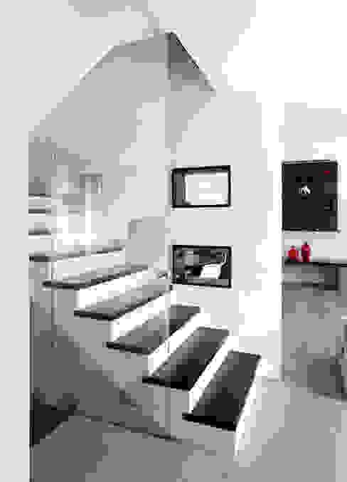 Pasillos, vestíbulos y escaleras minimalistas de EXiT architetti associati Minimalista