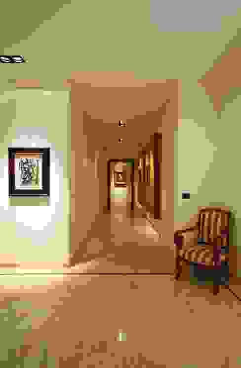 Couloir et hall d'entrée de style  par Studio Fabio Fantolino,