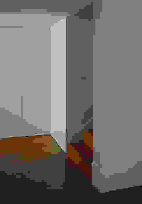 br_house Corredores, halls e escadas modernos por rui ventura   [v2a+e] Moderno