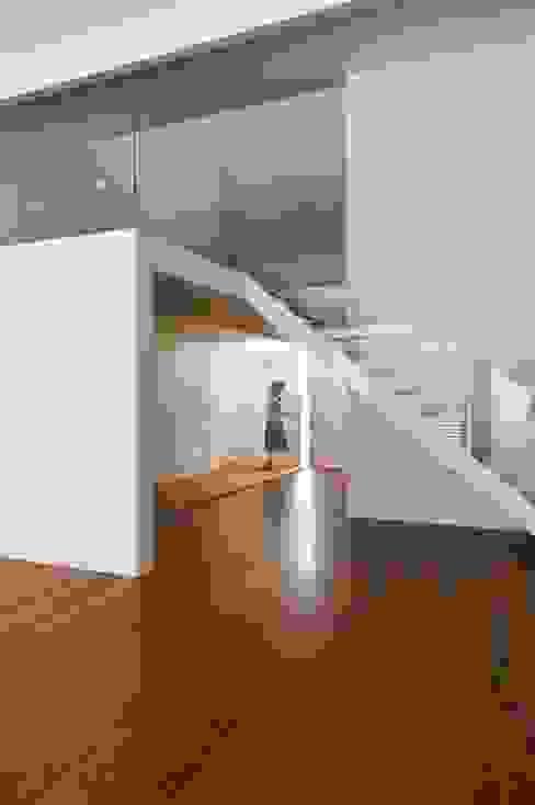 Corredores, halls e escadas minimalistas por rui ventura | [v2a+e] Minimalista