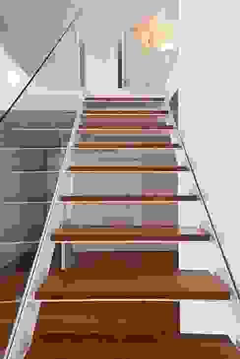 pa_house Corredores, halls e escadas minimalistas por rui ventura | [v2a+e] Minimalista