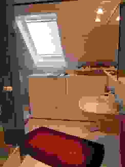 homify Ванная комната в стиле модерн ДПК Бежевый