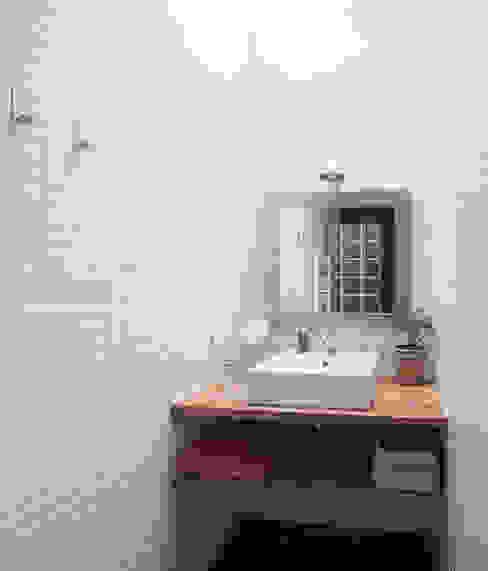 Salle de bains de style  par homify, Moderne Céramique