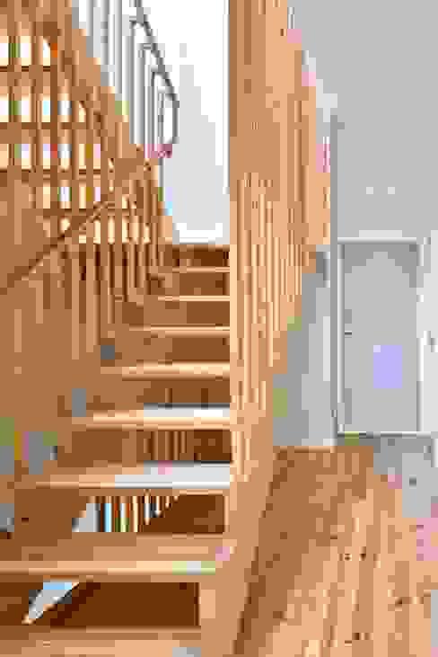 Pasillos, vestíbulos y escaleras de estilo moderno de Alessandro Pepe Arquitecto Moderno Madera Acabado en madera