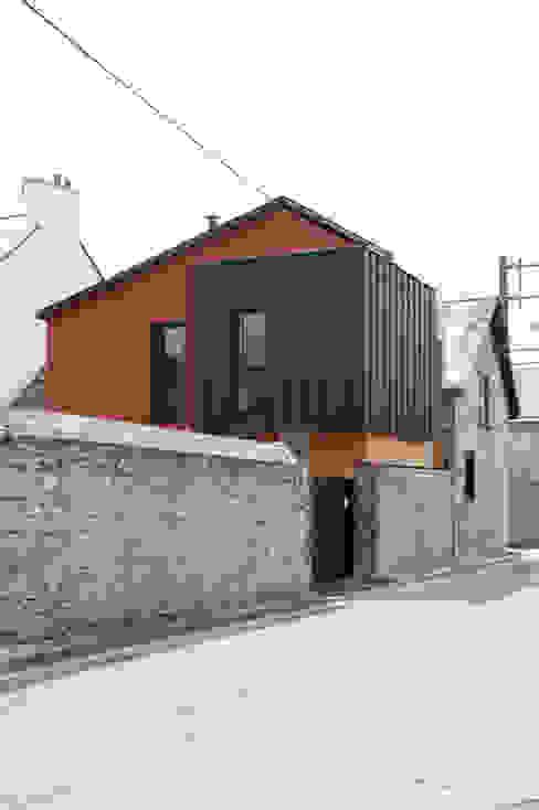 vue depuis la rue de l'imbrication des volumes Maisons modernes par EC architecture Moderne Aluminium/Zinc