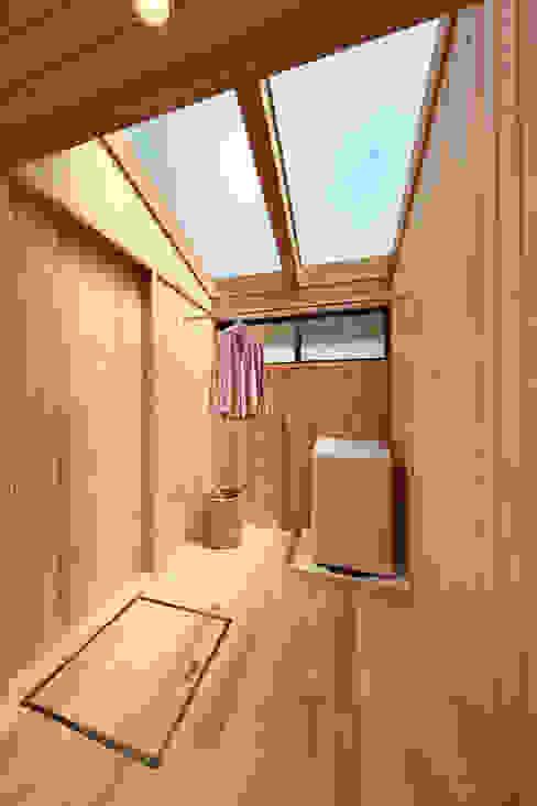 天窓付サンルームなら花粉症でも安心: 四季の住まい株式会社が手掛けた浴室です。,オリジナル 無垢材 多色