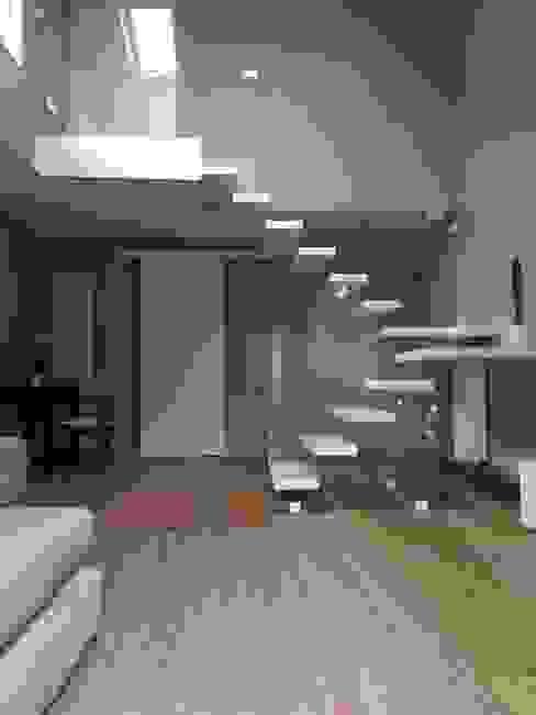 Couloir, entrée, escaliers modernes par Airaldi scale Moderne Verre