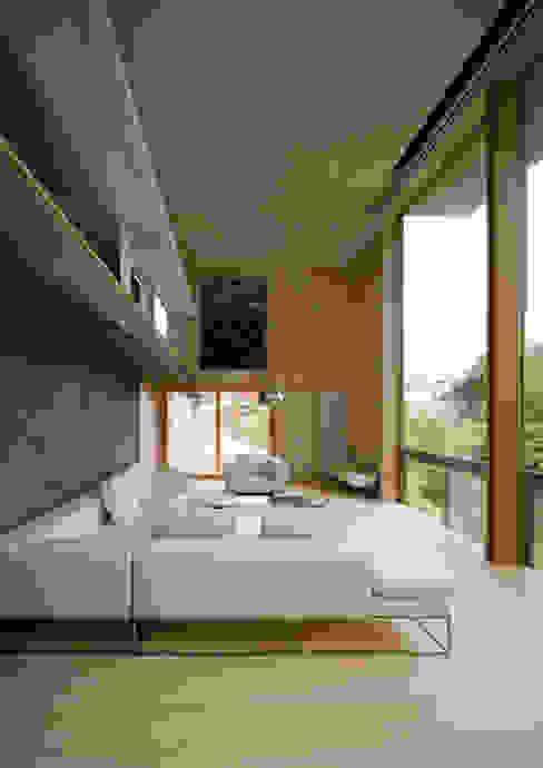 Salas / recibidores de estilo  por Kenji Yanagawa Architect and Associates