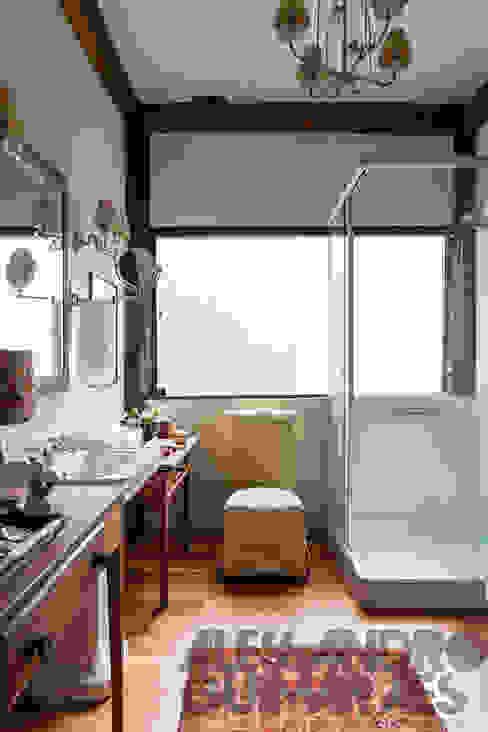NA COPA DAS ÁRVORES: Banheiros  por SCALI & MENDES ARQUITETURA SUSTENTAVEL