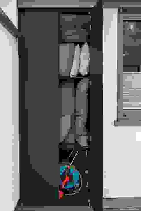 Wetterfester Terassenschrank: modern  von design@garten - Alfred Hart -  Design Gartenhaus und Balkonschraenke aus Augsburg,Modern Holz-Kunststoff-Verbund