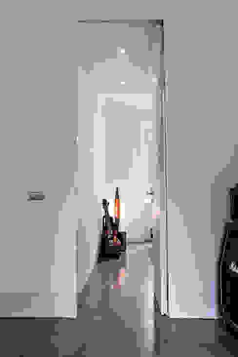 a tutta altezza Camera da letto minimalista di studio ferlazzo natoli Minimalista