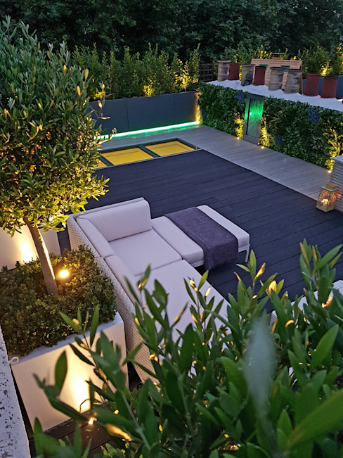 Millboard decking on London roof terrace Balkon, Beranda & Teras Modern Oleh Paul Newman Landscapes Modern