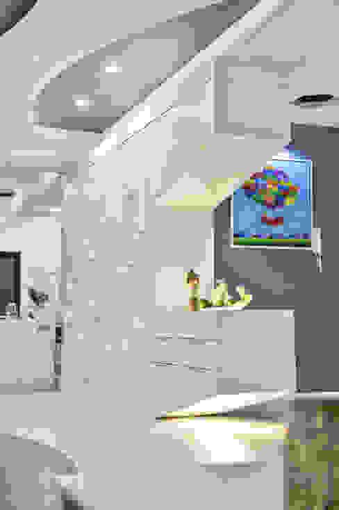 现代客厅設計點子、靈感 & 圖片 根據 Design Spirits 現代風