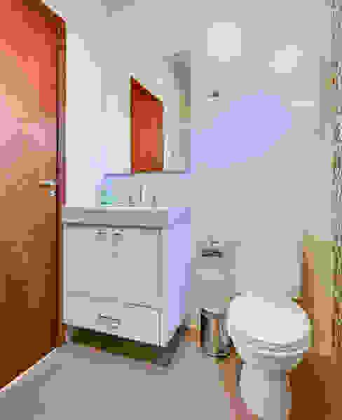 ห้องน้ำ by Juliana Lahóz Arquitetura