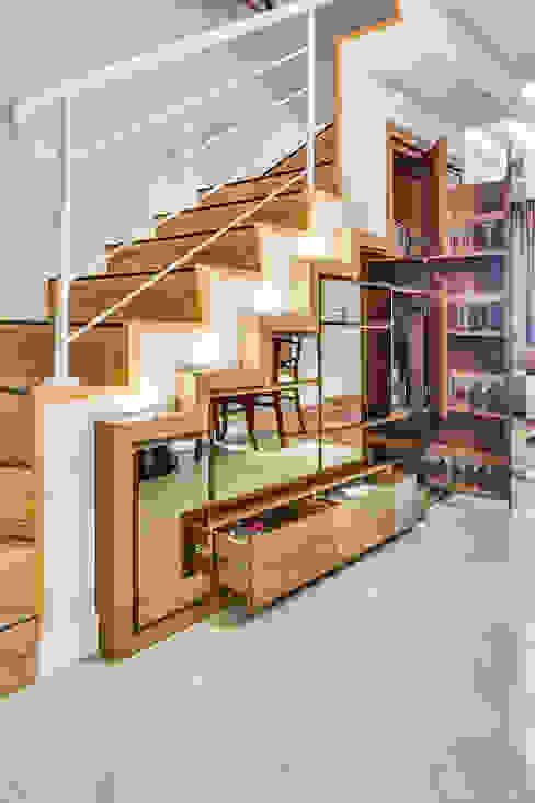Pasillos, vestíbulos y escaleras modernos de Juliana Lahóz Arquitetura Moderno
