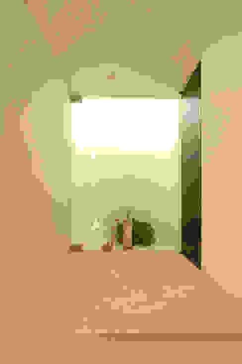 Pasillos, vestíbulos y escaleras de estilo minimalista de 門一級建築士事務所 Minimalista Mármol