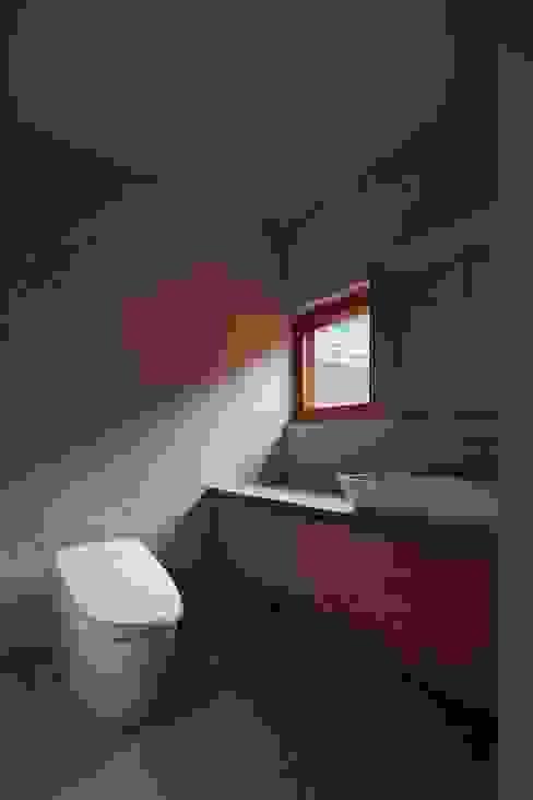 Modern bathroom by 一級建築士事務所 こより Modern Tiles