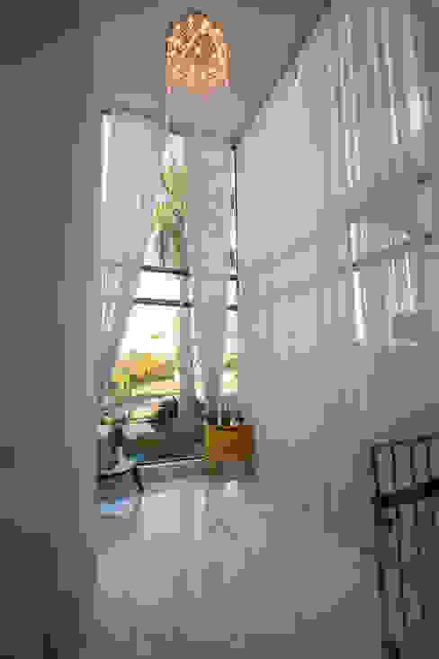 Modern living room by KAMPAI ARQUITETURA Modern Glass